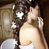 Великолепно смотрятся светлые акценты в виде цветов на темных волосах