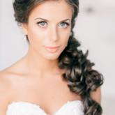 Пышная коса набок - отличный вариант для свадебной прически