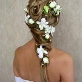 Прически с цветами смотрятся велколепно в сочетании с плетением
