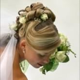 Высокая свадебная прическа с изящными цветами