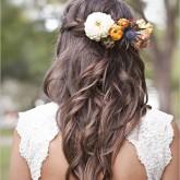 Романтичная свадебная прическа с нежными бутонами