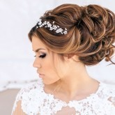 Пышная прическа для невесты с длинными волосами
