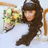 Свадебная прическа с накладными прядями и диадемой