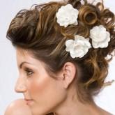Свадебная прическа особенно привлекательна в сочетании с цветами