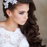 Невероятно женсвтенная свадебная прическа набок
