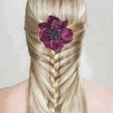 Оригинальная коса на выпускной вечер с цветком