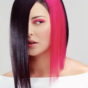 Розовые пряди на темных волосах