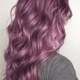 Яркий оттенок изящно смотрится на волнистых волосах