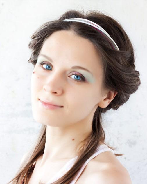 Прическа с повязкой на голове в греческом стиле фото