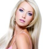 Прямые волосы можно дополнить удлиненной челкой, обрамляющей лицо
