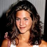 Темные вьющиеся волосы актрисы