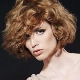 Итальянка на волнистых волосах