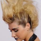 Пышный и объемный ирокез на длинные волосы