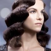 Крупная волна на средние волосы
