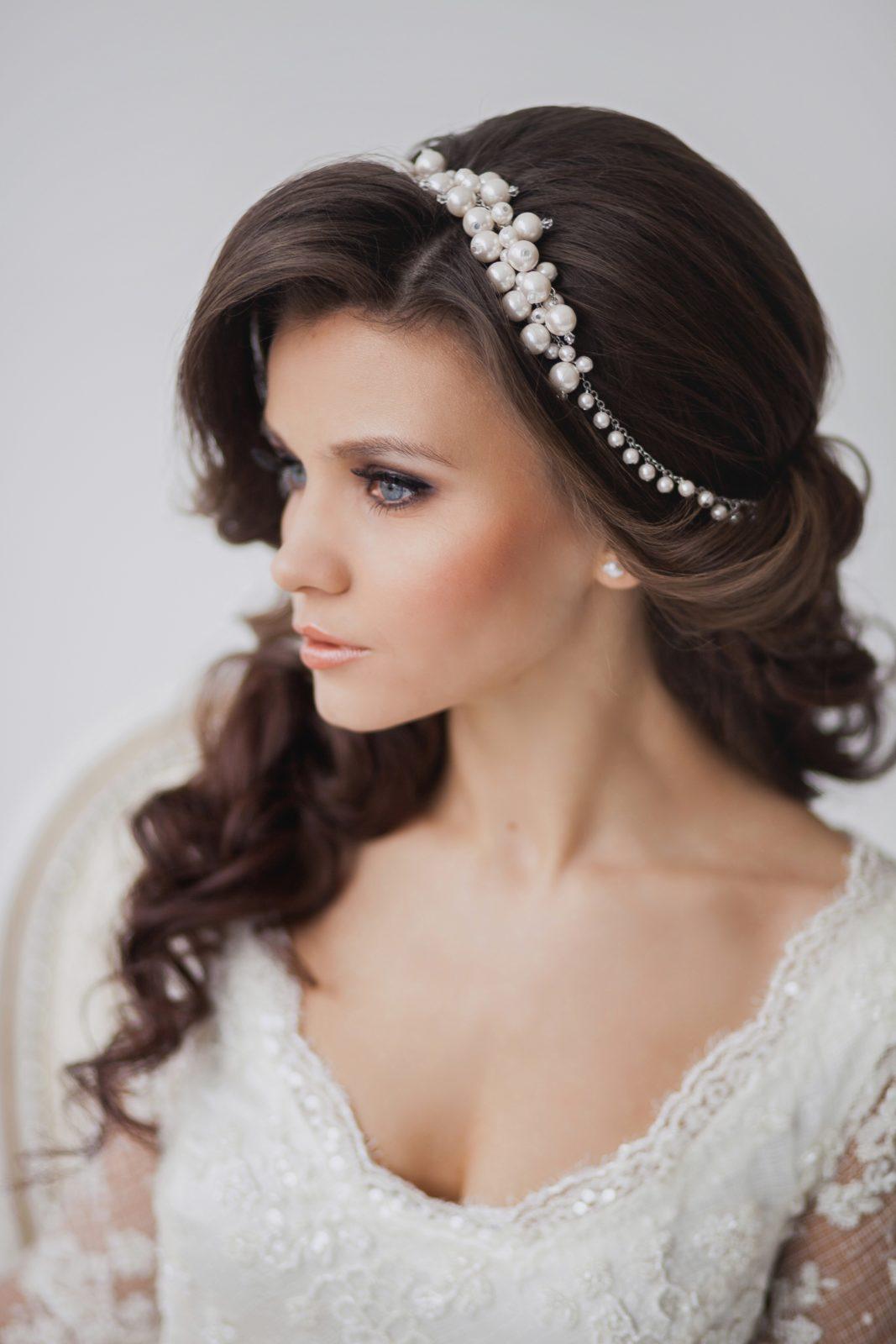 свадебные прически фото на бок