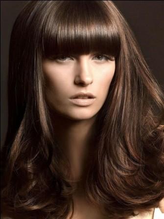 Стрижка на средние волосы с прямой челкой