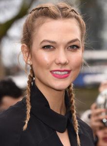 Небрежные растрепанные косы модели Карли Клосс