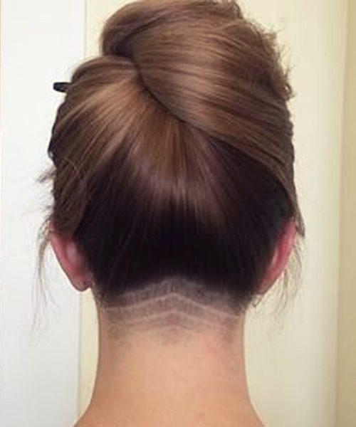 Выстриженный затылок у девушек с длинными волосами