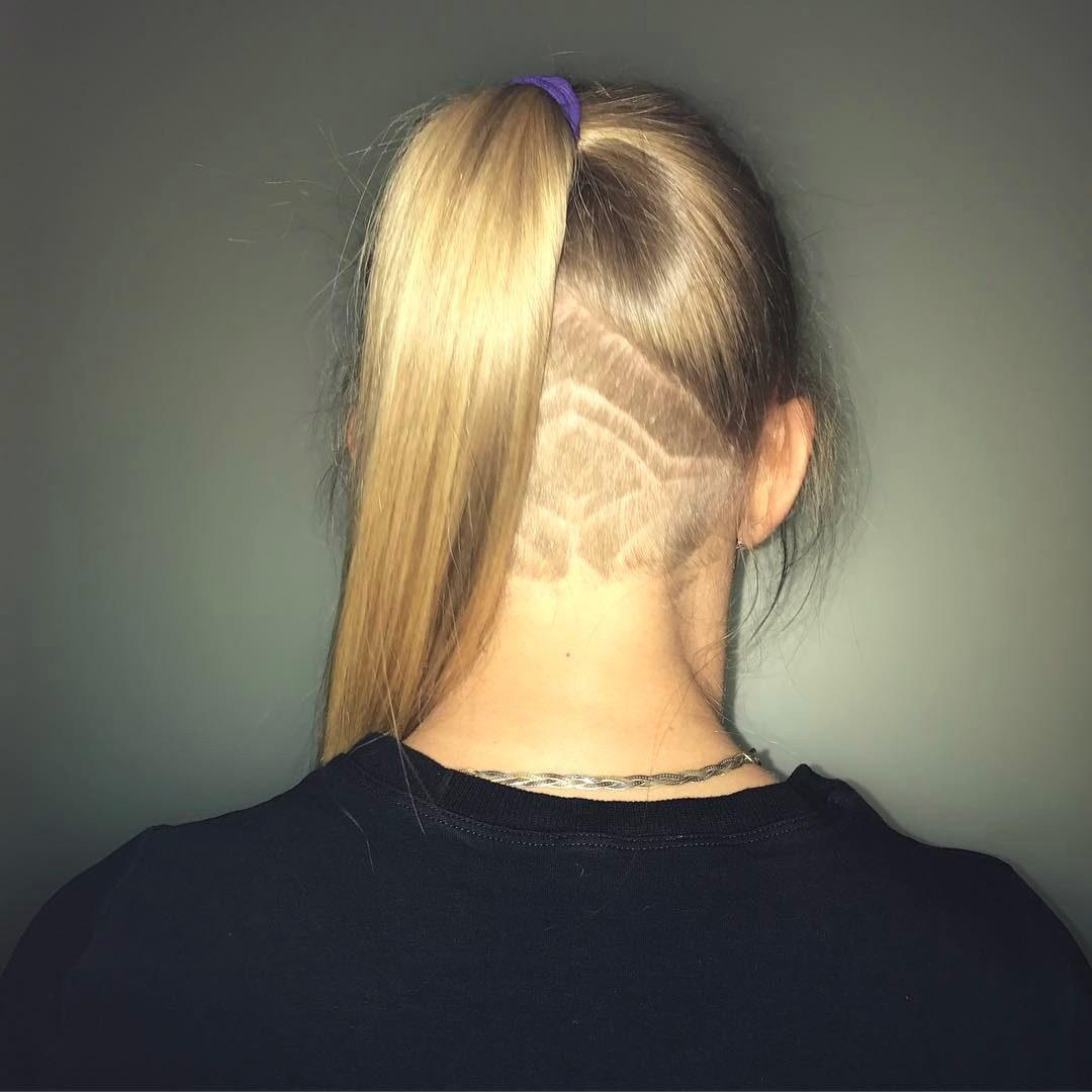 Причёска с выбритым затылком